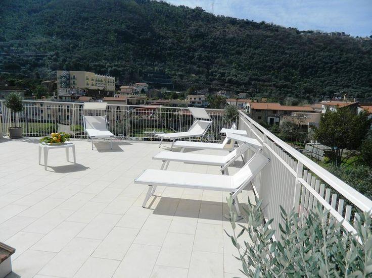 Gli esterni. Ecco le immagini di Casa Vacanze La Terrazza. La terrazza solarium ad uso esclusivo degli ospiti è davvero incantevole ed attrezzata.