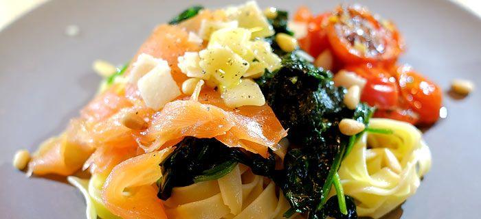 Tagliatelle met roergebakken spinazie en knoflook-tomaatjes uit de oven