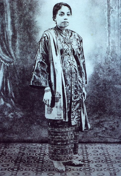 Formal outfit for Kedah Malay woman circa 1930 Kebaya labuh, sarung tenun (woven sarung), kerongsang