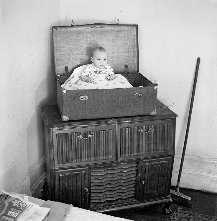 David Goldblatt, A baby and his father in a rooming house on Abel Road, Hillbrow, March 1973