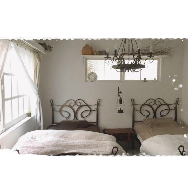 mocoさんの、漆喰壁DIY,シャンデリア,アイアンベッド,無印良品タオルケット,無印良品リネンベッドカバー,セリアフォトフレームリメイク窓枠,ガーゼ布のカーテン,ベッド周り,のお部屋写真