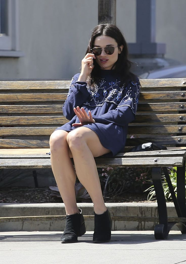 crystal-reed-chatting-on-her-cell-phone-la-3-28-2017-1.jpg (1280×1812)