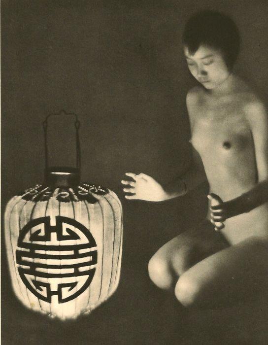 """Heinz von Perckhammer (1895-1965) - naakt  Goede voorwaarde (kleine gele vlek op de linker onderkant van lamp) Sheet-Fed diepdruk gedrukt in de VS 1937 - Image size (16 X 21 cm) - (inch 6.5 X 8.5"""")Heinz von Perckhammer was een Tiroolse fotograaf bekendst voor zijn Chinese naakten en Peking straat scènes.Dit beeld is gemonteerd met behulp van een zegel was druk met behulp van behoud kwaliteit materialen - voorzien van onze galerie COA stempel op VersoONS verzending via Priority MailRest van…"""