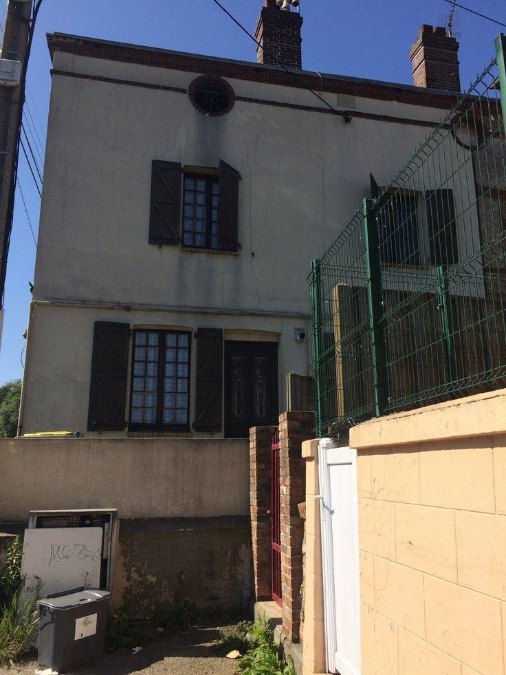 Cette habitation de 2 étages située en plein centre ville de Fécamp 76400, comprend: Au rez-de-chaussée: Une cuisine, Une salle à manger. Au premier étage: Un palier, une chambre avec salle de bains, wc et une autre salle de bains, wc. Au deuxième étage: Un palier, deux chambres, wc. Vendue louée. Loyer 450 euro mensuel L'agence immobilière Agence du centre vous propose de découvrir cette maison idéale pour investisseur locatif.