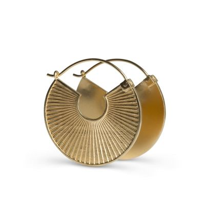 Plissé i mat, forgyldt sølv. Øreringen måler 33 mm i diameteren. Smykket har både en rillet side og en blank side. Begge veje er øreringen iøjnefaldende med et sofistikeret udtryk, og fungerer perfekt som et statement smykke.