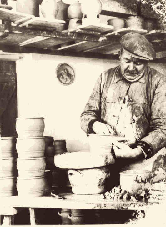 Edmund Kuckertz (1865 bis 1935) beim Henkeln der Schmalztöpfe.