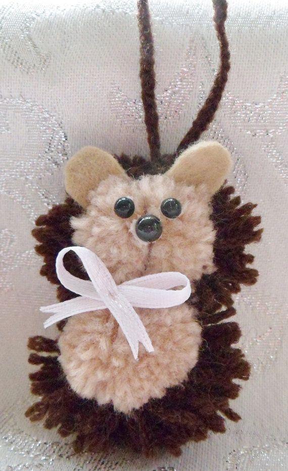 Dieren hangers hond kat egel fox varken muis panda kikker uil pinguïn dierlijke decoratie dierlijke sieraad pompom ideeën kinderkamer decoratie babydouche. Deze super leuke pompom dieren zijn verkrijgbaar in 10 uitvoeringen. Ze zijn ongeveer 6cm hoog met een hanger van 5cm. De dieren beschikbaar zijn hond, kat, varken, kikker, panda, muis, uil, Vos, egel en pinguïn (ik heb ook een vermelding voor knuffels op vele kleuren)  Binnen het Verenigd Koninkrijk stuur ik altijd de items 2e klasse…