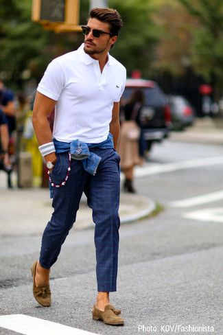 Look de moda: Chaqueta Vaquera Azul, Camisa Polo Blanca, Pantalón Chino de Tartán Azul Marino, Mocasín con Borlas de Ante Marrón