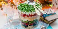 Новогодние салаты – рецепты с сухариками, курицей, без майонеза. Украшения для праздничных салатов на Новый 2017 год Петуха: фото, видео - allWomens
