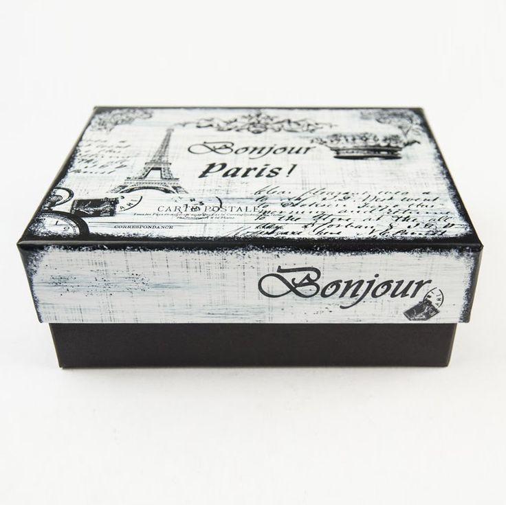 Caja en cartón rígido con estampa en tapa inspirada en Paris - Vintage. Tapa satinada, base de la caja en papel texturado mate. Medidas: 24,5x19,5cm x9h