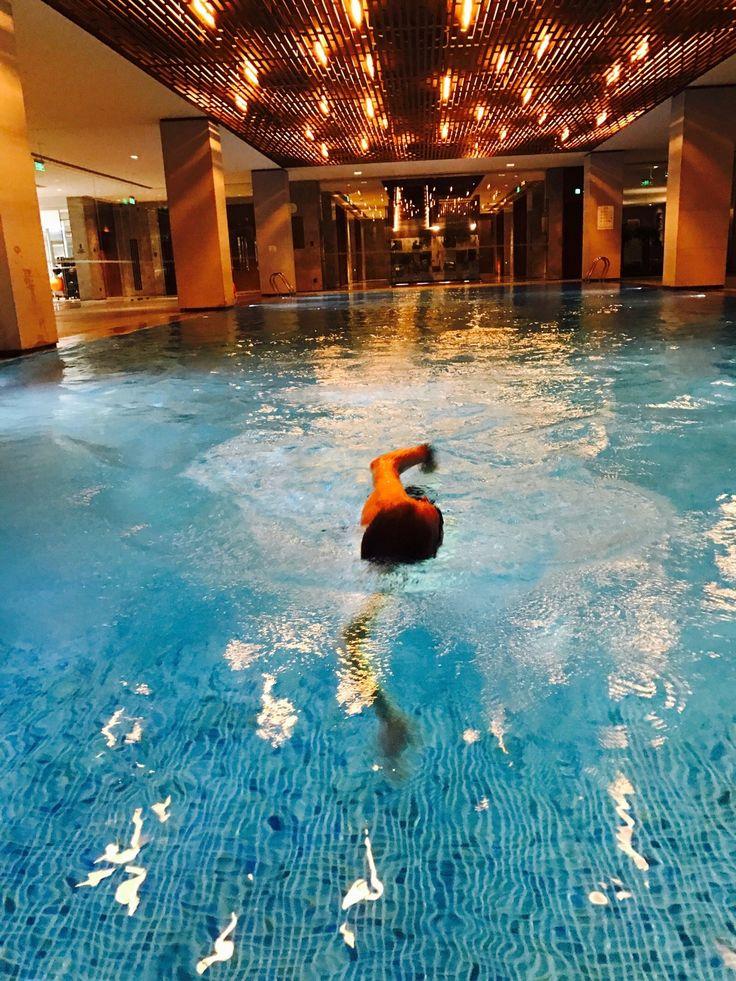 Laps in the beautiful hotel pool of @nuobeijinghotel - 500 meter, last workout before the Pyongyang half marathon! 🏊😄 #training #swimbikerun