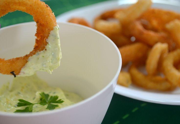 Perfeita para servir como petisco, a Cebola Empanada, também conhecida como Onion Rings, é saborosa, crocante e super fácil de fazer.