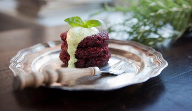 Ruokaisat pihvit käyvät ateriasta miltei sellaisenaan. Lisäkkeeksi voi tarjota myös perunaa ja vihersalaattia.