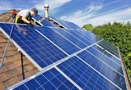 Кровля из солнечных батарей Солнечные батареи, несмотря на свою эффективность, имеют некоторые недостатки, такие как размер, хрупкость, и высокая стоимость. Глава Tesla Motors Inc. Илона Маска объе…
