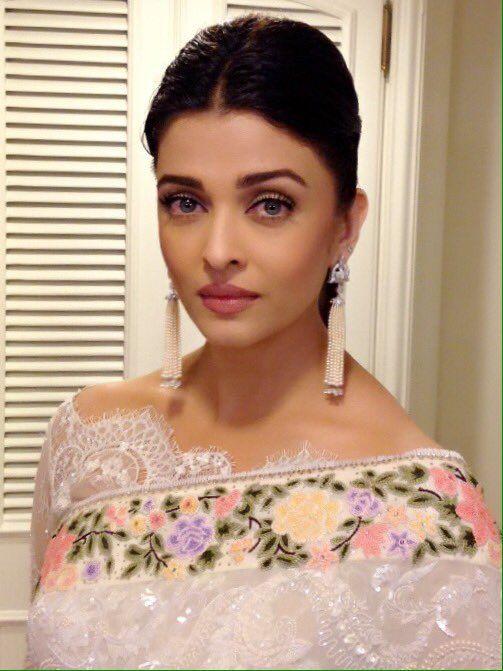 Aishwarya Rai's makeup and blouse/sari sans those earrings...soo freaking beautiful I CAN'T EVEN
