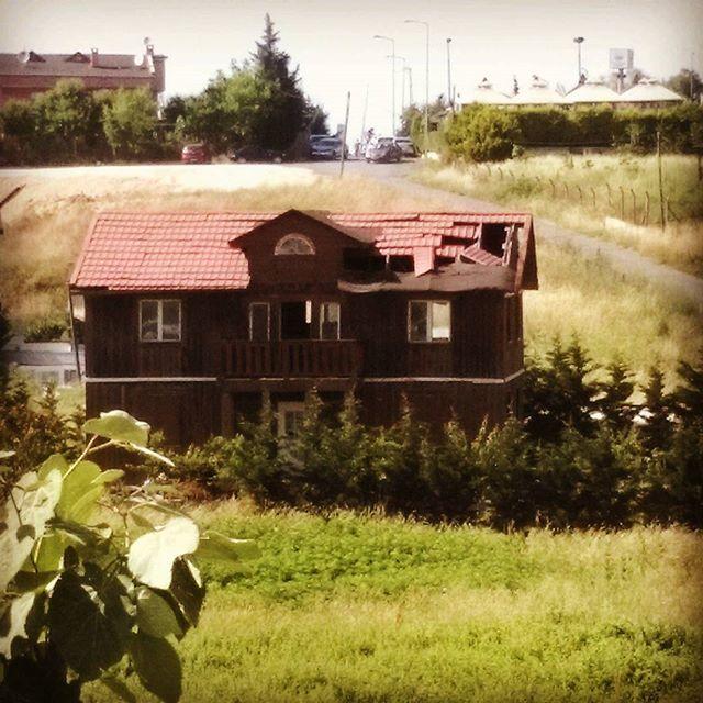 Viran olmuş hayatlar.. #ev #viran #virane #harebe #terkedilmiş #yalnızlık #varlık #yokluk #zenginlik #home #phone #photography #objektifimden