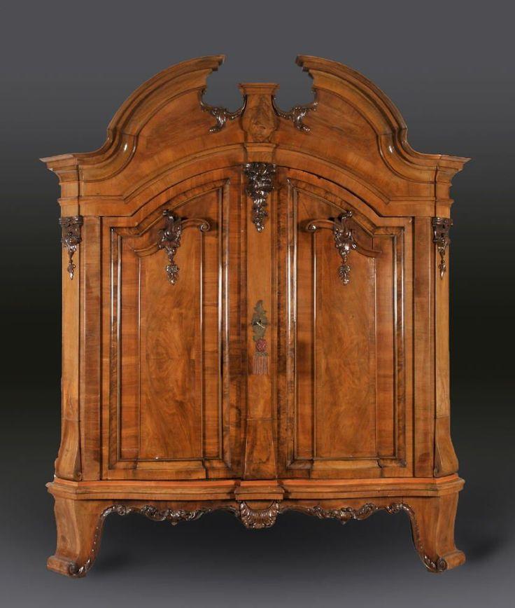 Barockschrank Nussbaum, geschnitztes Dekor, 4 hohe, geschw. Füße, 2 geschw. Türen mit Kassettenfüllungen, abgeschr. Ecken, geschw., offener Sims, 256 x 225 x 80 cm, Ende 17. Jh.