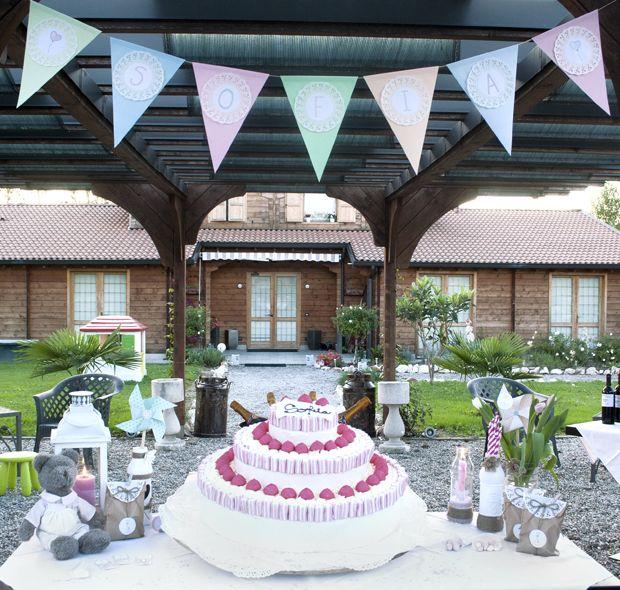 Una torta golosa e bandierine color pastello: tutto pronto per accogliere Sofia