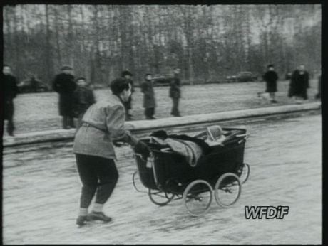 Paris in the snow, 1947 [video] (Repozytorium Cyfrowe Filmoteka Narodowej) #paris #france # snow #winter
