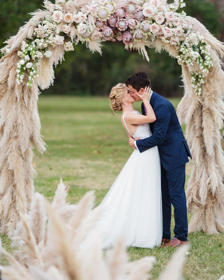1,000 pampas grass plumes down created this floral arch