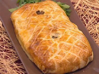 On utilisait pour la croûte une farine médiocre, impropre à la consommation, à laquelle on incorporait des épices, afin de masquer d'éventuels mauvais arômes et surtout de jouer ce rôle de conservateur