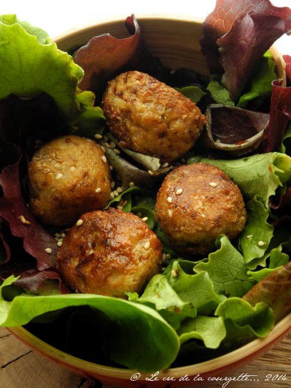 Boulette de tofu {recette express} 300 g de tofu fumé/ sésame/ 1 oignon / 1 gousse d'ail / 1 oeuf / 1 cuillères à soupe de fécule de maïs (maïzena) /  1/2 bouquet de persil / sel marin / mélange 4 poivres (le mien : poivre noir – poivre blanc – poivre long – baies roses) / huile de tournesol 1. Pelez et hachez l'oignon et l'ail. Hachez également le persil. 2. Mixez le tofu avec l'oeuf et la fécule de maïs. Ajoutez l'oignon, l'ail et le persil. Salez, poivrez et mélangez bien. 3. Faites…