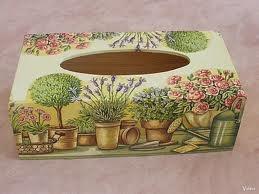 serviettage sur boite de mouchoirs. paper napkins on box of handkerchiefs