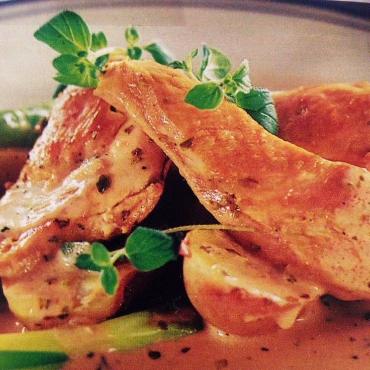 Oreganokyckling, 4 pers - Buffé: koka potatis - när de läggs i vattnet, börja med resten. Skär 3 kycklingfiléer i 3 bitar på längden. Hacka 2 vitlöksklyftor. Bryn kycklingen i smör. Salta och peppra. Blanda 2,5 dl matlagningsgrädde, 1 hönsbuljongtärning, 2-3 tsk oregano och 1,5 msk balsamvinäger i en gryta. Lägg i kyckling och vitlök och låt puttra under lock 5 min. Kokt broccoli och morötter är gott till.