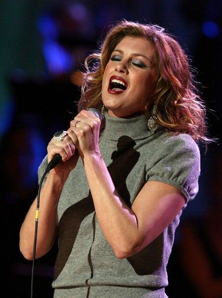 Faith Hill Photos - Singer Faith Hill performs during the Country Music Television's CMT Giants honoring Reba McEntire at the Kodak Theatre on October 26, 2006 in Hollywood, California. - CMT Giants Honoring Reba McEntire - Show