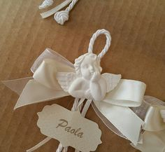 segnaposto comunione matrimonio battesimo con angelo angioletto in gesso nastri e tag etichetta personalizzata di Festalandia su Etsy