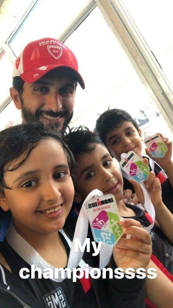 Nasser bin Hamad bin Essa Al Khalifa con sus hijos, 1er triatlón (25 m de natación, 500 m de bicicleta y 250 m de carrera), 24/11/2017.  Vía: nasser13hamad
