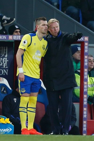 Everton's Dutch manager Ronald Koeman (R) talks with Everton's French midfielder Morgan Schneiderlin (L) on the touchline during the English Premier League football match between Crystal Palace and Everton at Selhurst Park in south London on January 21, 2017 / AFP / Ian KINGTON
