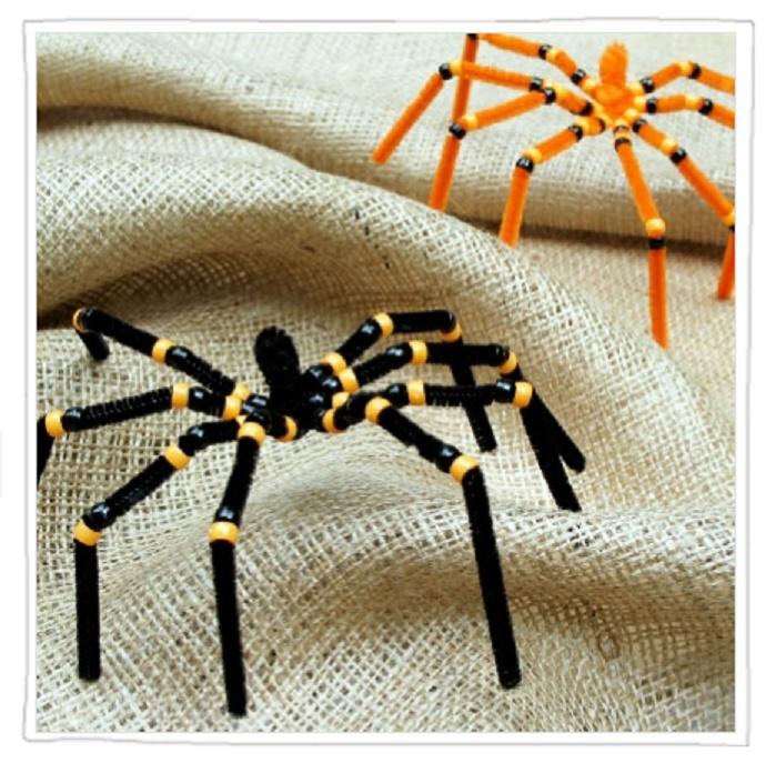 Spinnen gemaakt van pijpenragers en wat kralen.