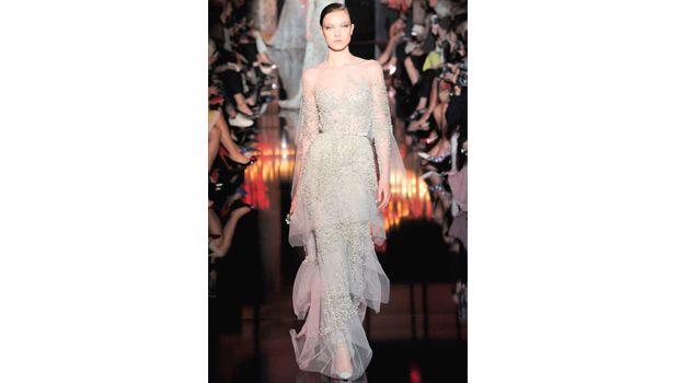 Vestido de novia Elie Saab en línea recta, con tul y perlas parcialmente bordadas.