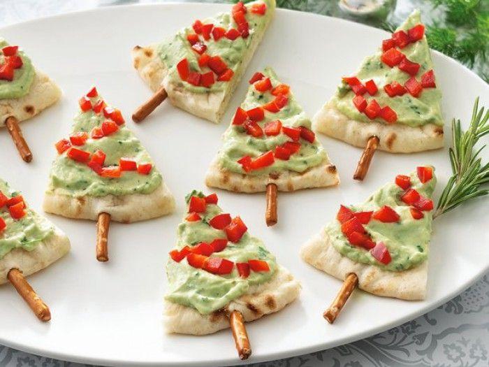 Weihnachts-Snack. Tolles Rezept für Weihnachten. Weihnachtsbäume aus Pitabrot, Paprika, Salzstangen und Guacamole