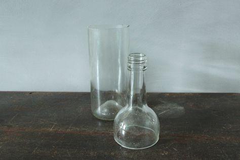 Wist je dat je heel gemakkelijk zelf glas kunt snijden? Zo kun je geweldige creaties maken uit oude sap- of wijnflessen. Denk bijvoorbeeld aan zelfgemaakte lampjes, kaarsenhouders, zelfbewaterende potjes en nog veel meer. Maar hoe doe je dat nou, glas snijden? Dat leggen we hier uit. Benodigdheden: Glazen sap- of wijnflessen Glassnijder Schuursponsje Stickerverwijderaar Kaarsje IJsblokjes in een emmerwater (ijswater) Schuurpapier  Werkwijze 1.Flessen schoonmaken Verwijder