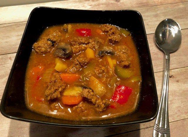 Zupa a'la strogonow Niezwykle smaczna, gęsta, sycąca i pożywna zupa, idealna na mroźny zimowy dzień lub imprezę gdzie spożywa się dużo alkoholu  Polecam!  Składniki: 350g wołowiny na gulasz 1 cebula 1 niewielka marchewka 1 niewielki korzeń pietruszki kawałek selera kilka pieczarek 2 ząbki czosnku 2 łyżki koncentratu pomidorowego 1 litr wody lub bulionu …