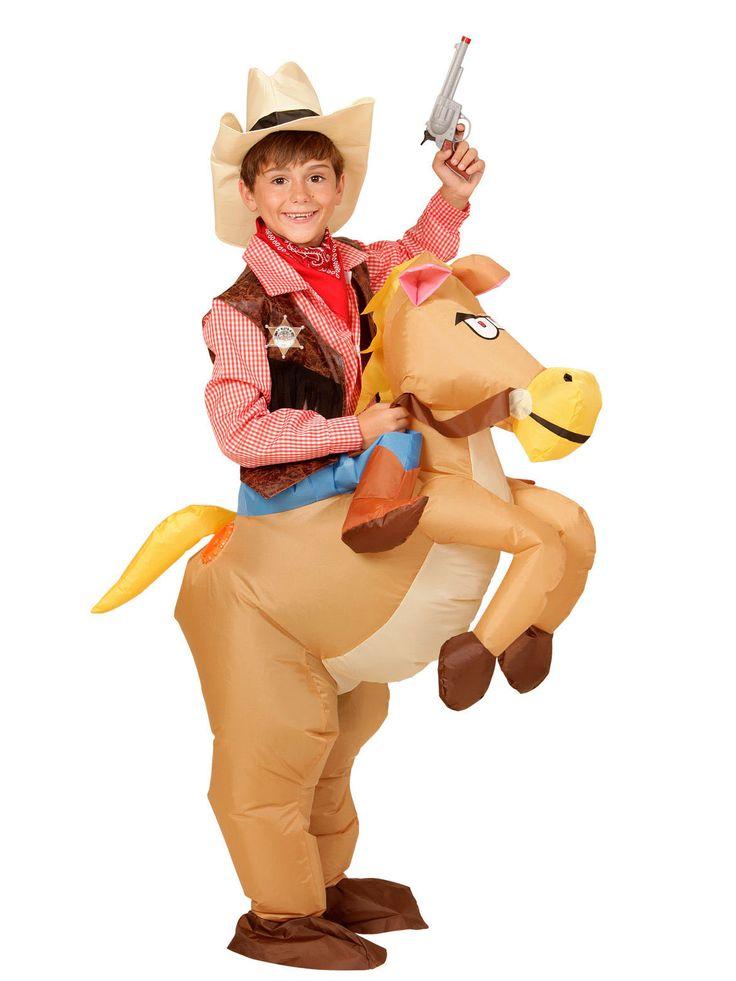 Costume cavallo del west per bambino: Questo travestimento per bambino è composto da un cavallo gonfiabile e un cappelllo da cowboy (vestito da cowboy non incluso).Infila le tue gambe nelle zampe posteriori del cavallo e tieni la...