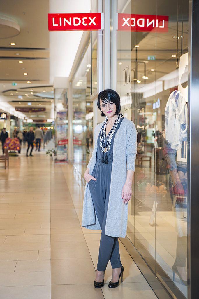 Outfit č. 3 -  Lindex: nohavicový overal, doplnený výrazným šperkom či opaskom a  vysokými topánkami značky Baťa.