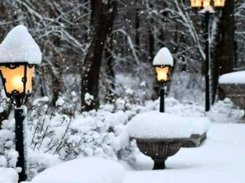 Снег кружится, Ты сегодня не придёшь. Снег кружится, Боль отчаянья и дрожь. Грустная картина: Холод и разлука. И вокруг пустынно: Ни души, ни звука...
