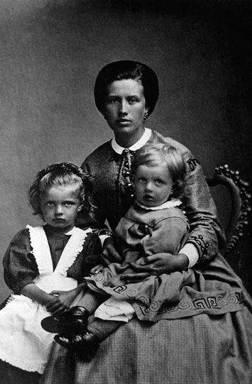 Maria Sibelius (mother) with Linda (sister) and Jean Sibelius. Picture archive of Hämeenlinna Historical Museum.
