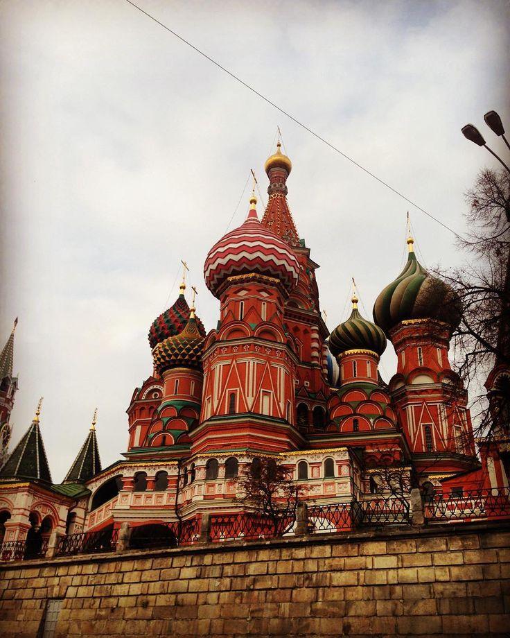 Когда-то давно когда в копилке путешествий еще не было столько стран мама сказала мне- Европа вся одинаковая готика красота стать но одинаковая а Москва другая. В первый раз я это ощутила возвращаясь из Чехии: папа встретил меня на Белорусском вокзале прыгнули в машину и тут в конце летней и субботней Тверской пряником засиял Кремль. Иллюстрация к словам мамы. Нигде такого нет убеждаюсь в этом вновь и вновь. #лучшийгородземли#moscow#russia#кудряваяпрогулка by mleka