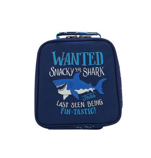 Der Lunchbag MUNCH mit Hai in blauvon Tom Joule® ist einfach wunderbar. Er eignet sich perfekt für Tagesausflüge oder für den Kindergarten. Die kleine Tasche i