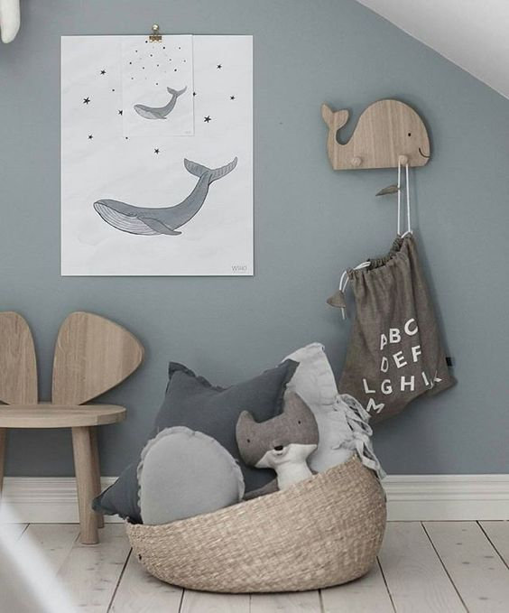 Chambre enfant decoration bord de mer deco en gris en bleu affiche baleine porte manteau marin