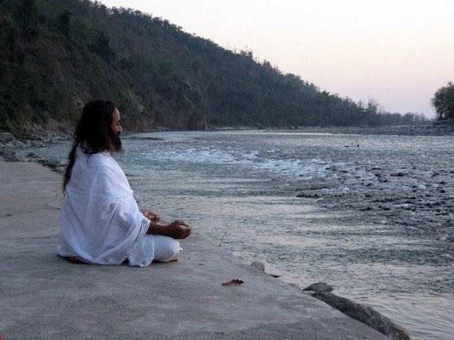 Sri Sri Ravi Shankar meditating