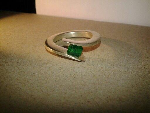 Mat zilveren ring met Smaragd. Silver ring with matt finish with Emerald.