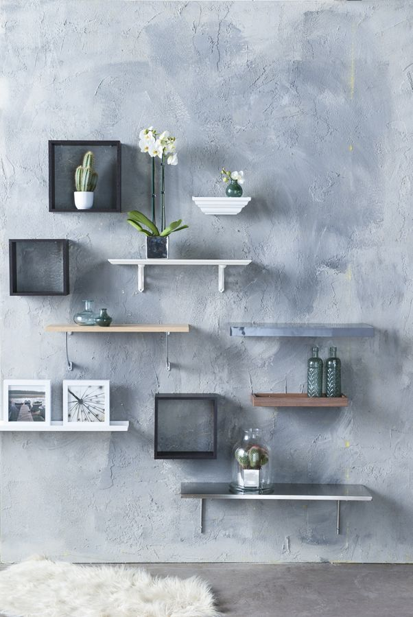 Eigen Huis en Tuin | Praxis. Leuke manier om je kale muur op te vullen. Wandplankjes met daarop vaasjes, fotolijsten en natuurlijk een hippe cactus maken je wand tot een waar kunstwerk.