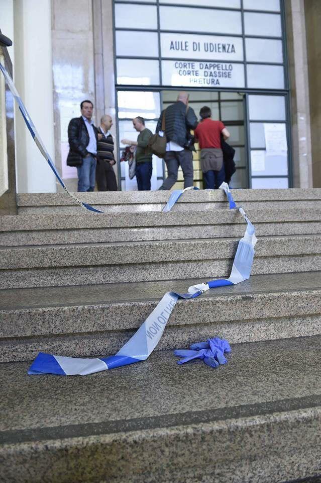 #lafotodelgiorno  La strage al tribunale di #Milano (Foto: Flavio Lo Scalzo/AGF)