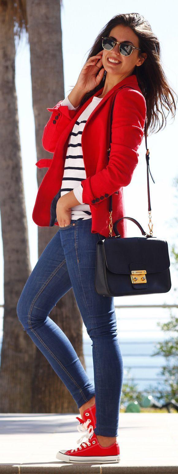 Comprar ropa de este look: https://lookastic.es/moda-mujer/looks/blazer-jersey-con-cuello-barco-vaqueros-pitillo/13624 — Gafas de Sol Negras — Jersey con Cuello Circular de Rayas Horizontales en Blanco y Azul Marino — Blazer de Lana Rojo — Bolso Bandolera de Cuero Azul Marino — Vaqueros Pitillo Azules — Tenis en Rojo y Blanco