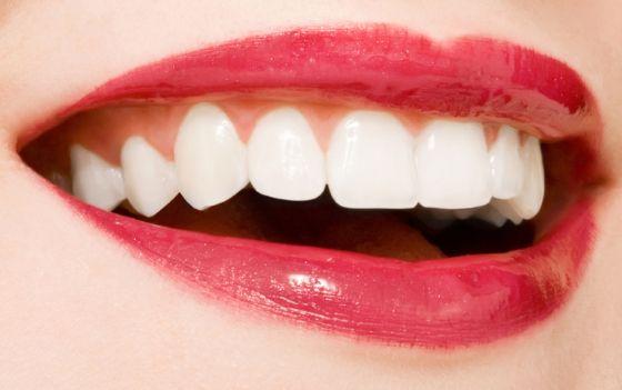 Como branquear os dentes de forma natural